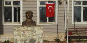 Türk bayrağı ve Atatürk büstüne çirkin saldırı