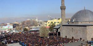 25 bin kişi şehidini uğurladı