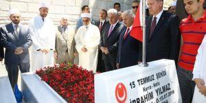 Erdoğan'dan şehitlerin mezarı başında Kur'an tilaveti