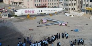 Okul bahçesinde yolcu uçağı sevinci