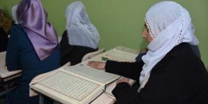 60 yaşından sonra Kur'an okumayı öğrendiler