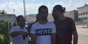 'Hero' yazılı T-Shirt giyen öğrenciye beraat