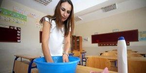 Köylü-öğretmen ele ele verip köy okulunu onarıyor