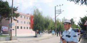 Polisten okul önlerinde velilere bilgilendirme