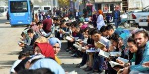 10 bin öğrenci kaldırımda kitap okudu