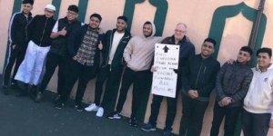Müslümanlar için nöbet tutan İngiliz sosyal medyaya damga vurdu