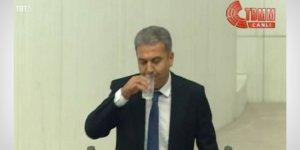 Meclis kürsüsünde su içti, tartışma çıktı