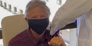 Herkese çip takacak deniyordu! Bill Gates Covid-19 aşısı yaptırdı