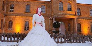 Yozgat lisesi çalışanlarının yaptığı 'kardan gelin' ilgi gördü