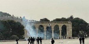 İsrail polisi, Mescid-i Aksa'daki Filistinlilere yine saldırdı: 215 yaralı