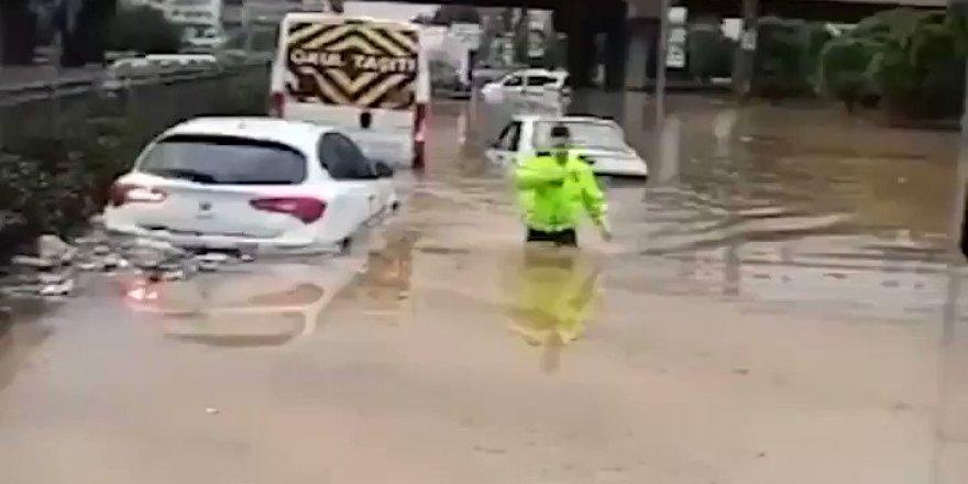 Vefakar Türk Polisi yine duygulandırdı - Beline kadar suya girip...